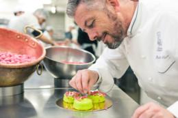 Richard Sève finalise le dessert Lyon-Londres symbole de son alliance à la marque automobile Jaguar