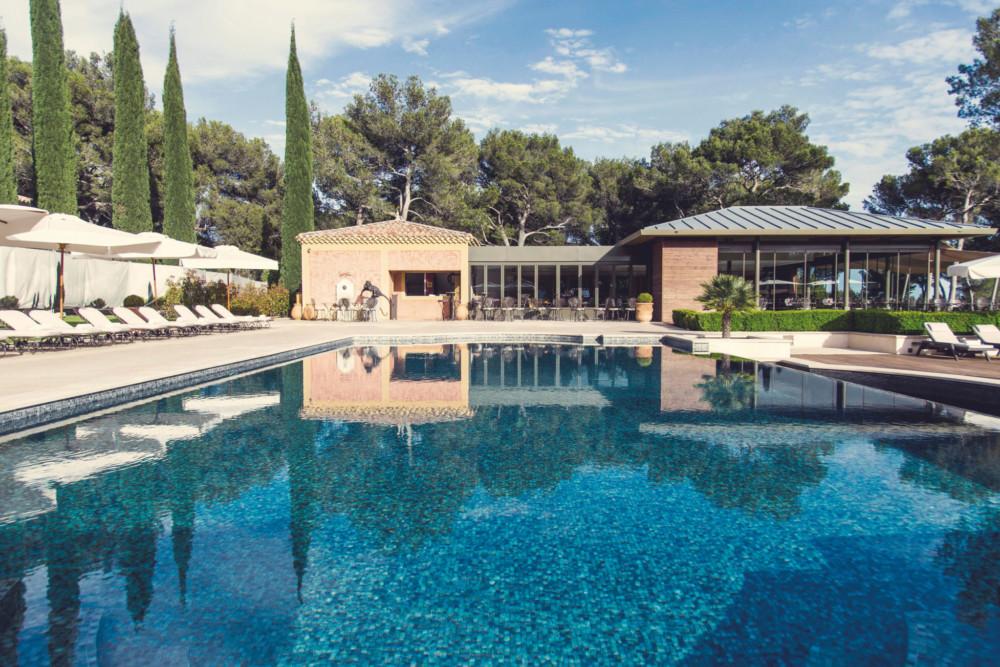 Au bord de la piscine, les pieds en éventails, on se sent comme un poisson dans l'eau !