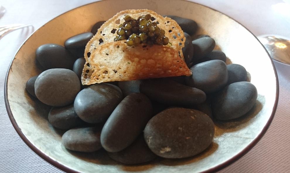 Amuse-Bouche, l'Oeuf de caille: oeuf de caille poché, zeste de citron vert et raifort râpé, huile de sarrasin et caviar Schranki_© Clémence Rouyer
