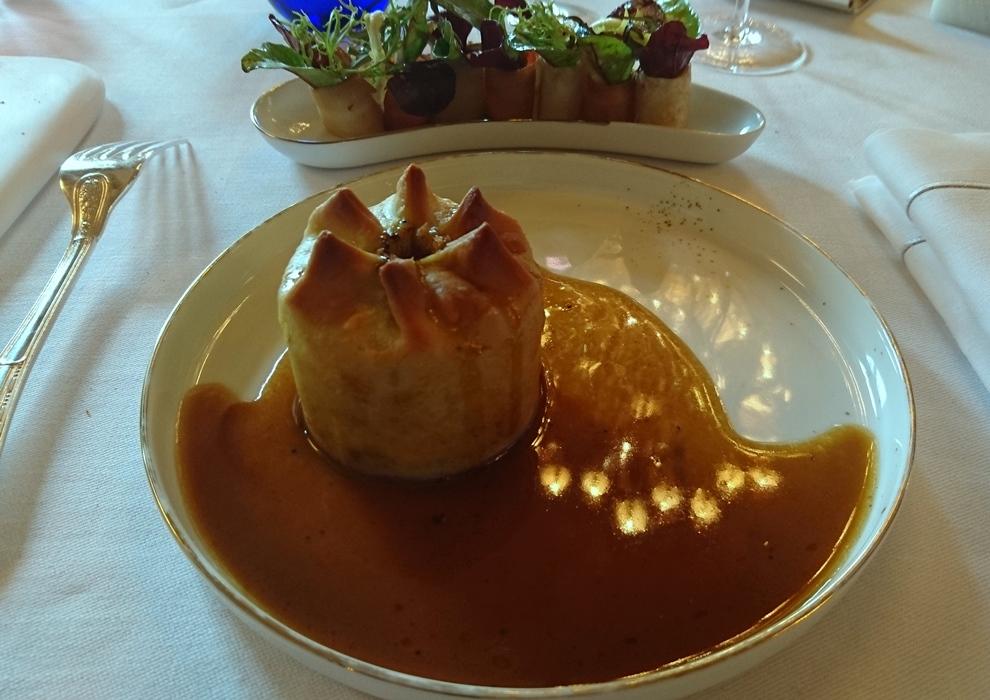 """Pâté chaud de Pintade, choux, champignons de Paris et foie gras font de ce plat un signature du restaurant. L'effet """"waouh"""" est décuplé avec une petite assiette de légumes délicatement taillés et déglacés au vinaigre façon pickles_© Clémence Rouyer"""