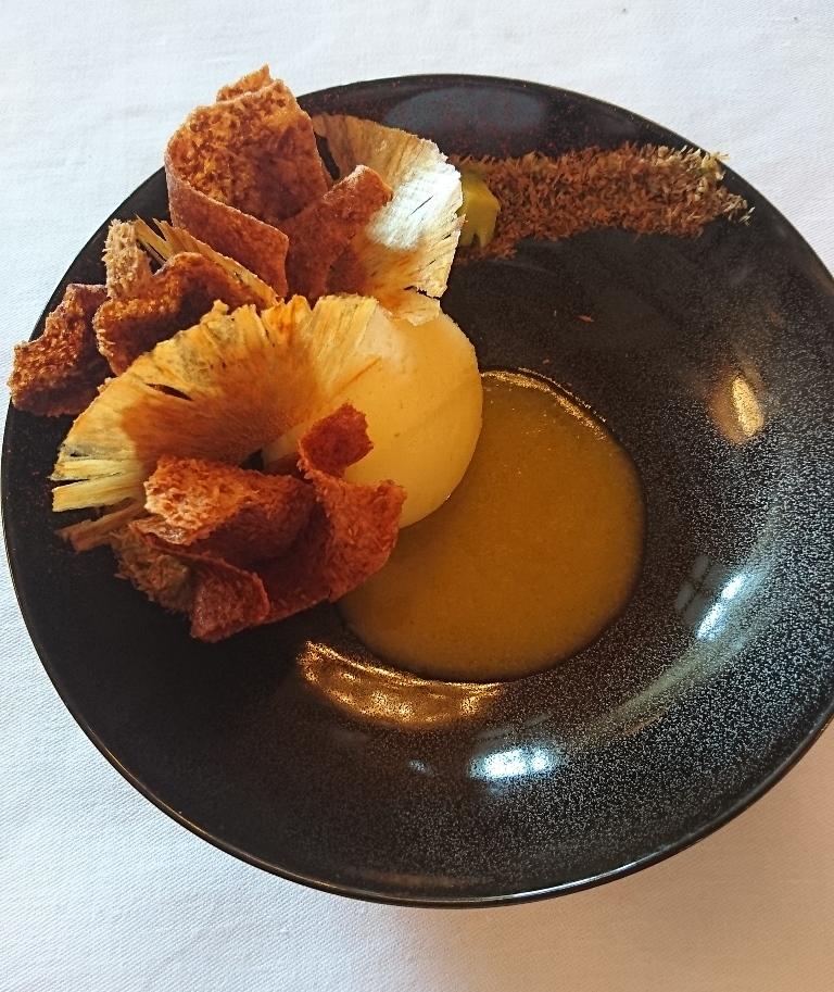 Crée par le chef pâtissier Cédric Grolet, ce dessert  affiche sa légèreté avec une sensation de sucre quasi inexistante. En bref, un petit p^éché mignon que l'on peu s'accorder sans frustration. Dessert: chips d'ananas, crémeux et jus d'ananas chaud, avocat, piment d'Espelette_© Clémence Rouyer