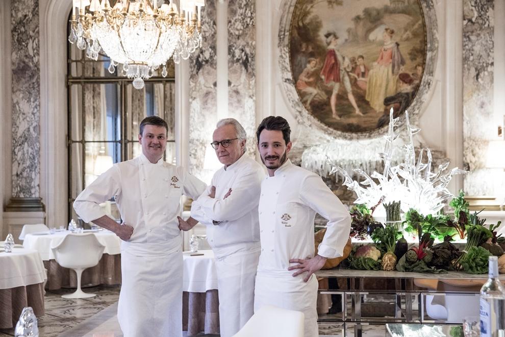De gauche à droite: Jocelyn Herland, nouveau chef exécutif ; Alain Ducasse, chef du restaurant le Meurice ; Cédric Grolet, chef pâtissier_© Pierre Monetta