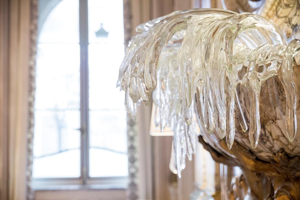 Réalisée par Aristide najean, cette sculpture en  verre est une photographie du mouvement de l'eau qui jaillit depuis une vasque en forme de coquille saint-jacques_© Pierre Monetta