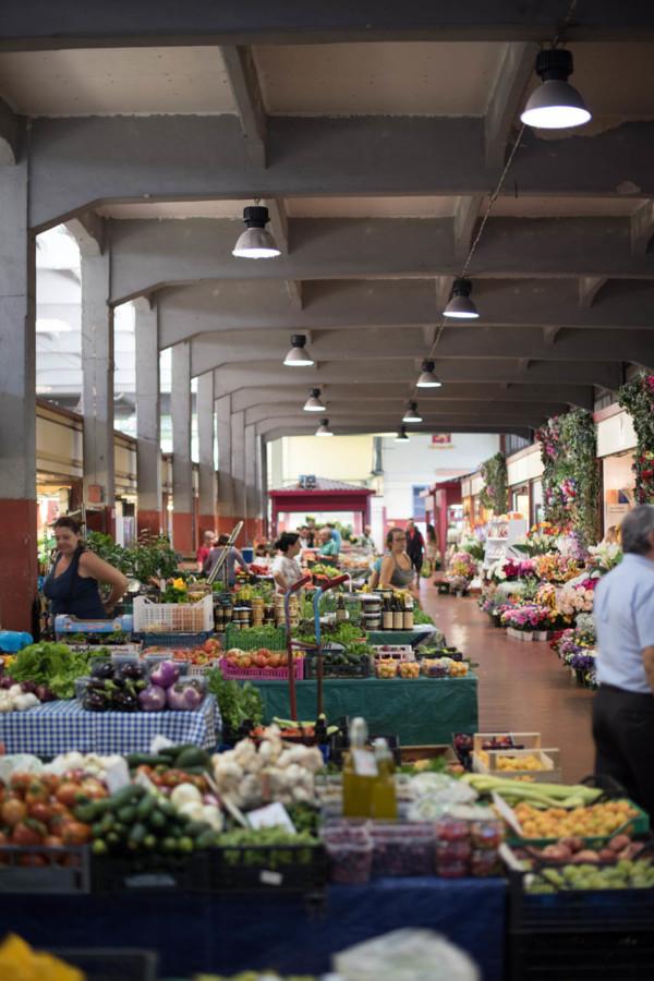 Citrons, ails, tomates, courgettes, à Vintimille, les halles du marché sont bien remplies.