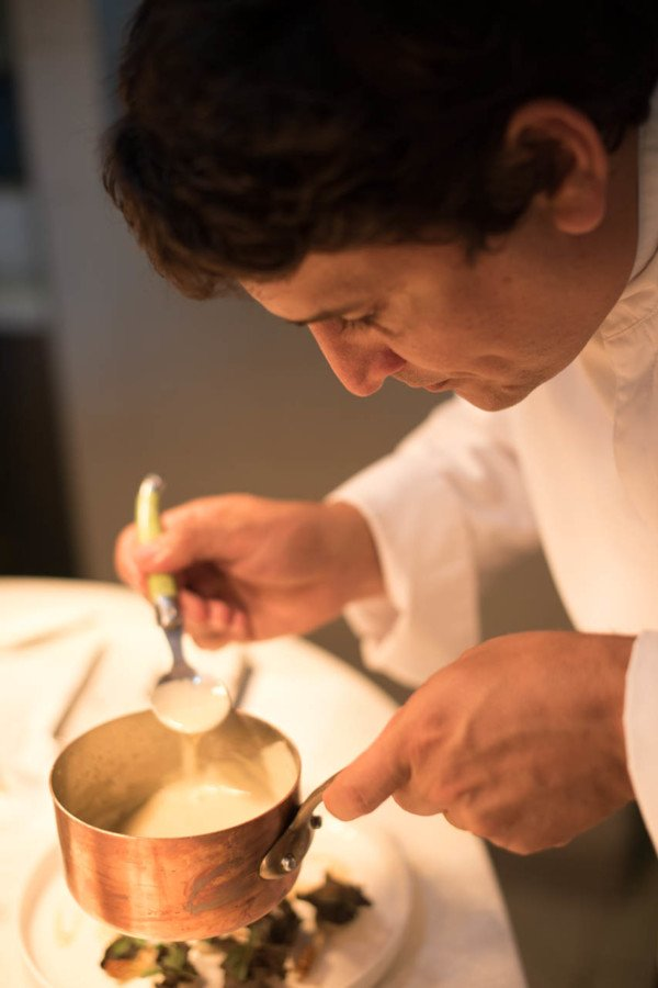 Si Mauro Colagreco a conservé les sauces dans ses plats, il les cependant adaptées au climat mentonnais, souvent brûlant.
