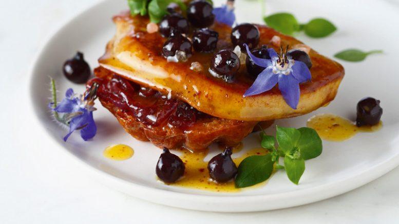 Escalope de foie gras chaud aux grains de cassis