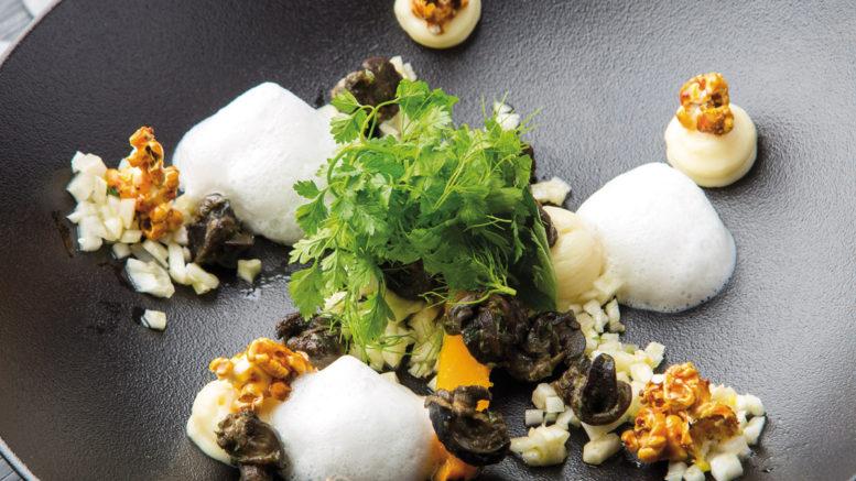 Escargots en persillade butternut, crémeux de panais fenouil croquant et en émulsion, maïs soufflé au caramel d'ail