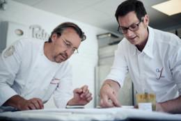Laurent Petit du clos des sens à annecy-le-vieux en discussion avec son chef pâtissier