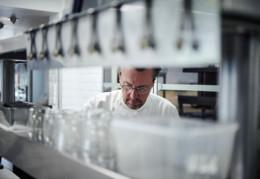 Laurent Petit dans ses cuisines au Clos des sens à Annecy-le-vieux