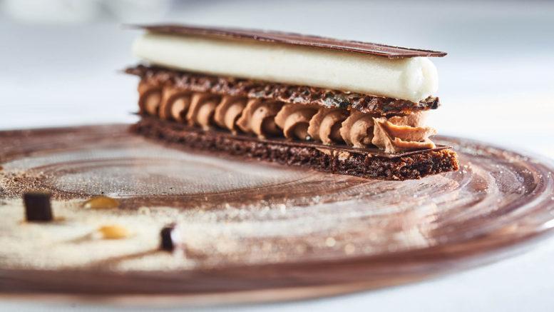 Dessert Feuilles à feuilles, chocolat mélèze de laurent petit du clos des sens à Annecy-le-vieux