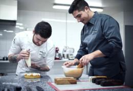 Boutique et pâtisserie Sens Gênes à lyon 3ème, Ghislain et François en action sur la fabrication du biscuit Sens Gênes