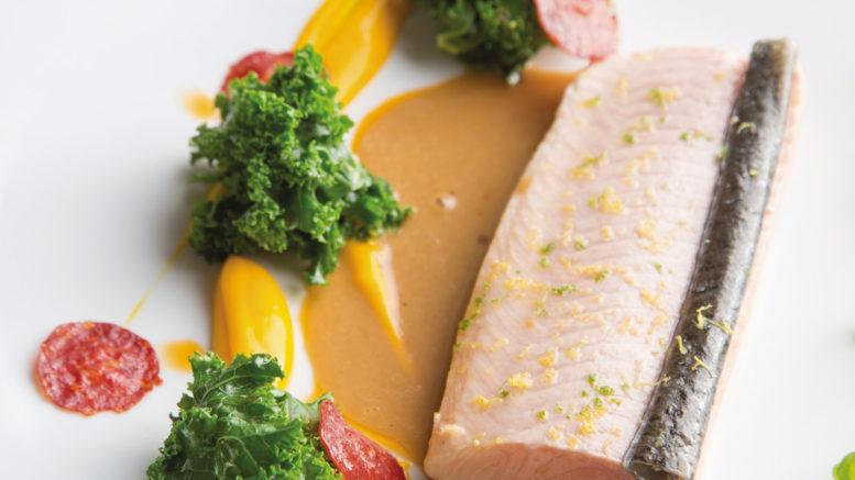 Saumon fontaine chou kale chorizo de boeuf doux, jus d'oignon