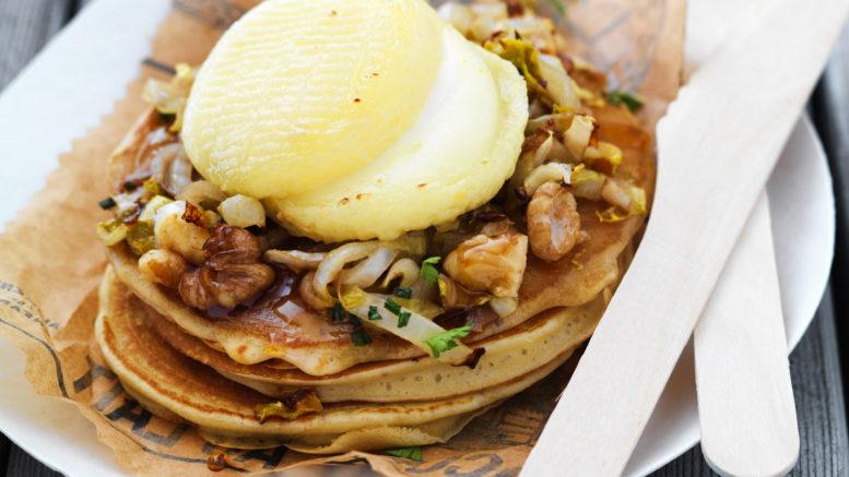 Pancakes Rigotte de Condrieu AOP, compotée d'endives et noix