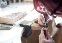 Artisan Bijouterie Joaillerie Fournier à vienne en Isère. Vente de bijoux, montres pour hommes et femmes. fabrication de bijoux sur-mesures