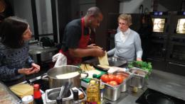Atelier, cours de cuisine au pavillon du tourisme de vienne avec des chefs pour réaliser des recettes
