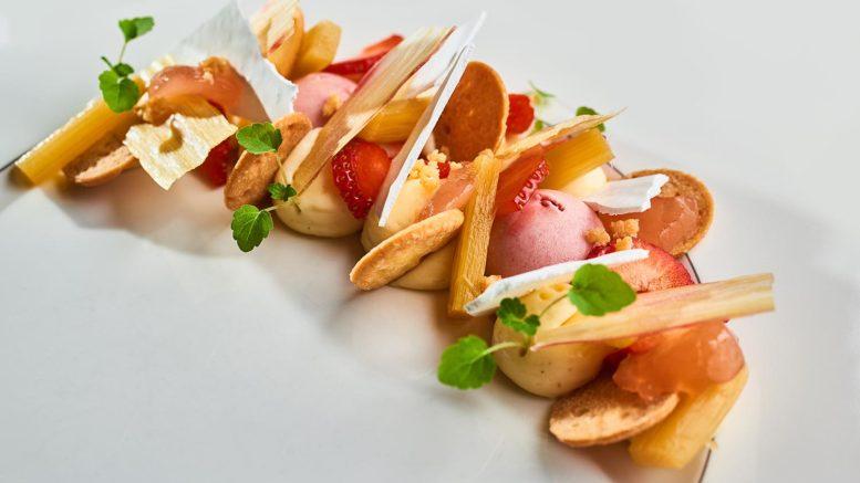 Recette des chefs GUY KENDELL, GABY DIDONNA & BAPTISTE AUCAGNE du restaurant Imouto à Lyon. Douceur de fraise et rhubarbe.