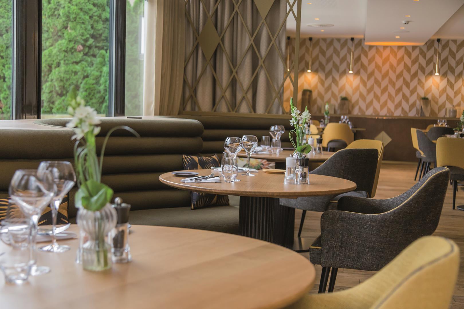 le ch teau bourgogne une cuisine pleine de charme dans un d cor tr s cosy arts gastronomie. Black Bedroom Furniture Sets. Home Design Ideas