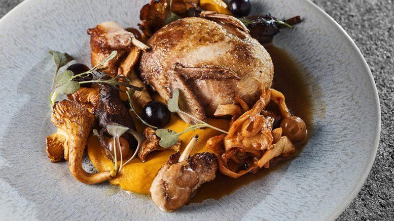 Caille des Vosges farcie, champignon, potimarron, Kimchi, pickles de raisin du chef Marc boissieux du restaurant l'inattendu à lyon