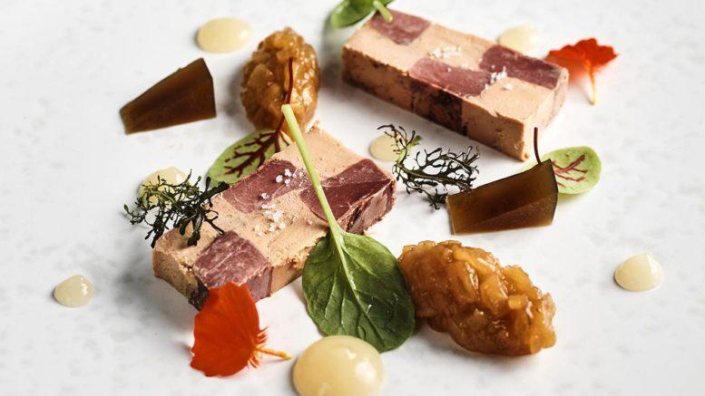Mosaïque de foie gras & colvert, chutney de poire du chef Aurélien Mérot du restaurant Auberge du Cep à Fleurie