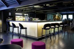 Bar le Barum de l'hôtel le Mariott de la cité internationale de Lyon avec cocktail et salle cosy