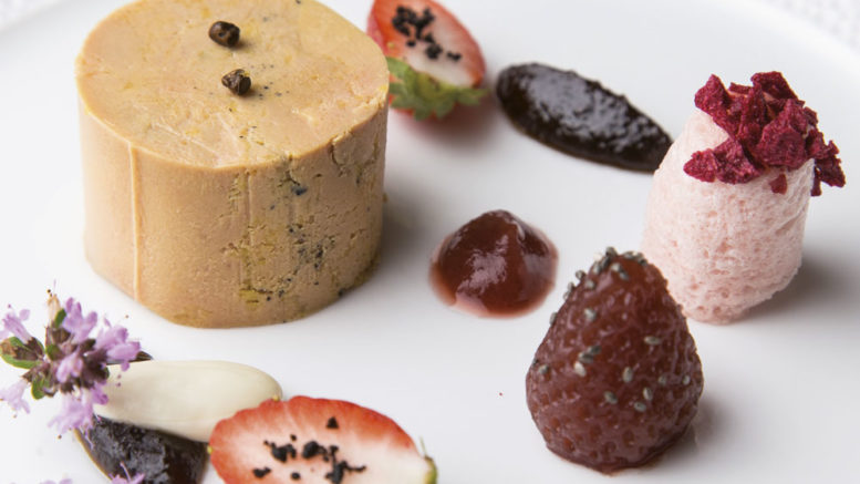 Foie gras de canard au poivre maniguette confiture d'olive noire et fraise