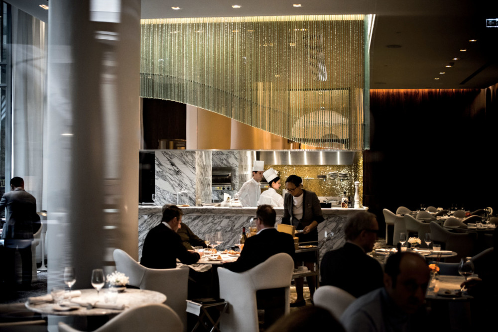 Design. La cuisine ouverte a été imaginée par Stéphanie Le Quellec et réalisée par l'architecte Bruno Borrione. En marbre arabescato, elle est décorée de 1200 feuilles de verre   de Murano formant une courbe rappelant le «S» de La Scène.