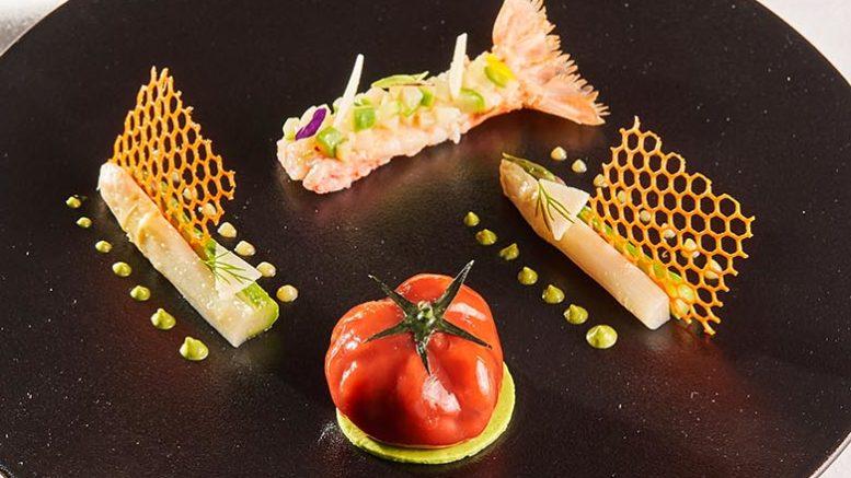 Tartare de DORADE & LANGOUSTINE ROUGE comme une tomate au pamplemousse. Recette du chef Christian Lherm du restaurant les 3 dômes dans l'hôtel Sofitel de Lyon Bellecour. 1 étoile Michelin.