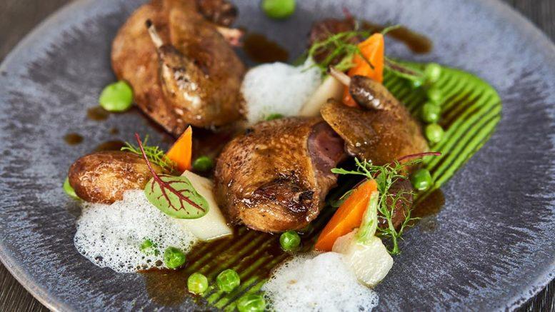 PIGEON « EXCELLENCE MIÉRAL » RÔTI AU FOIN Pulpe de petits pois & légumes primeurs. Recette du chef Aurélien Mérot du restaurant lauberge du cep à Fleury dans le Rhône