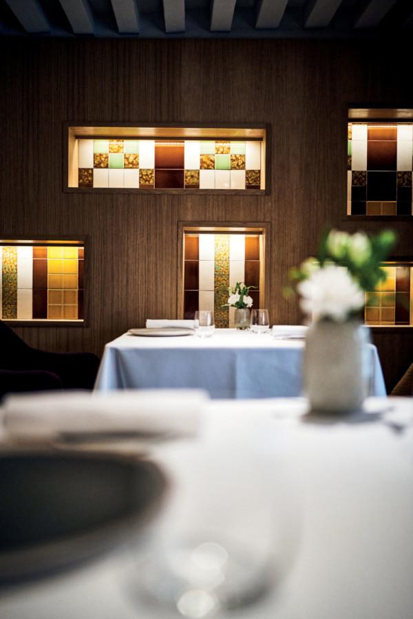 Quand il rachète l'ancien restaurant de la Mère Brazier, Mathieu Viannay fait un énorme pari sur l'avenir. Il croit en ce lieu mythique, le sublime en termes de décoration et relève haut la main le défi gastronomique.