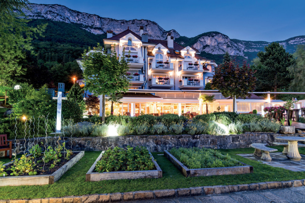 Enlacée d'un côté par le lac, de l'autre par les montagnes, la Maison Bleue a ouvert ses portes pour la première fois en 1992. L'Auberge de l'Éridan érigée par Marc Veyrat, aura connu un immense succès avant de laisser la place à Yoann Conte en 2010.