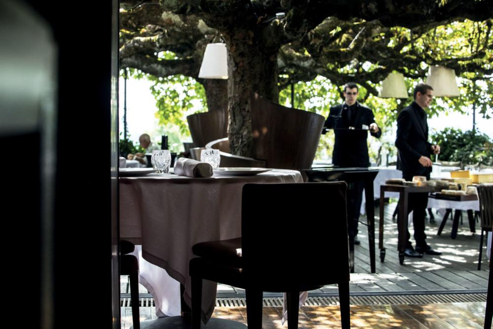 Habillés d'un corset de fer, deux immenses marronniers couvrent la terrasse. À l'heure du déjeuner, c'est une aubaine, un véritable vent de fraîcheur. À la nuit tombée, c'est un écrin magique et romantique, illuminé par quelques lueurs tamisées.