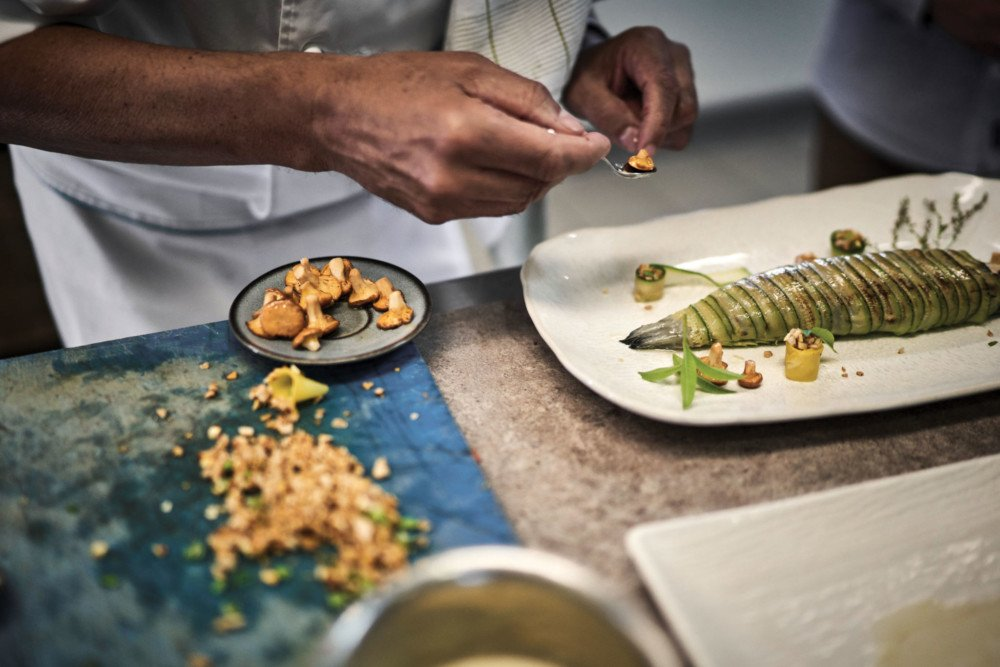 Des gestes minutieux de dressage en cuisine chez Régis Marcon