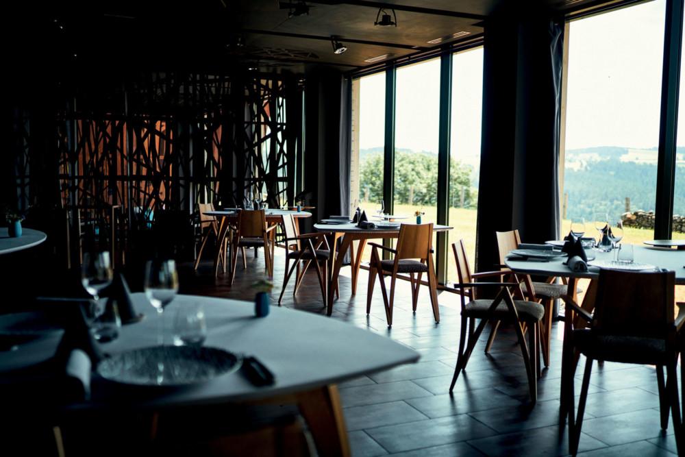Les tables triangulaires arrondies, conçues par l'architecte designer ébéniste Pascal Michalon, permettent à tous les convives de profiter de la vue.
