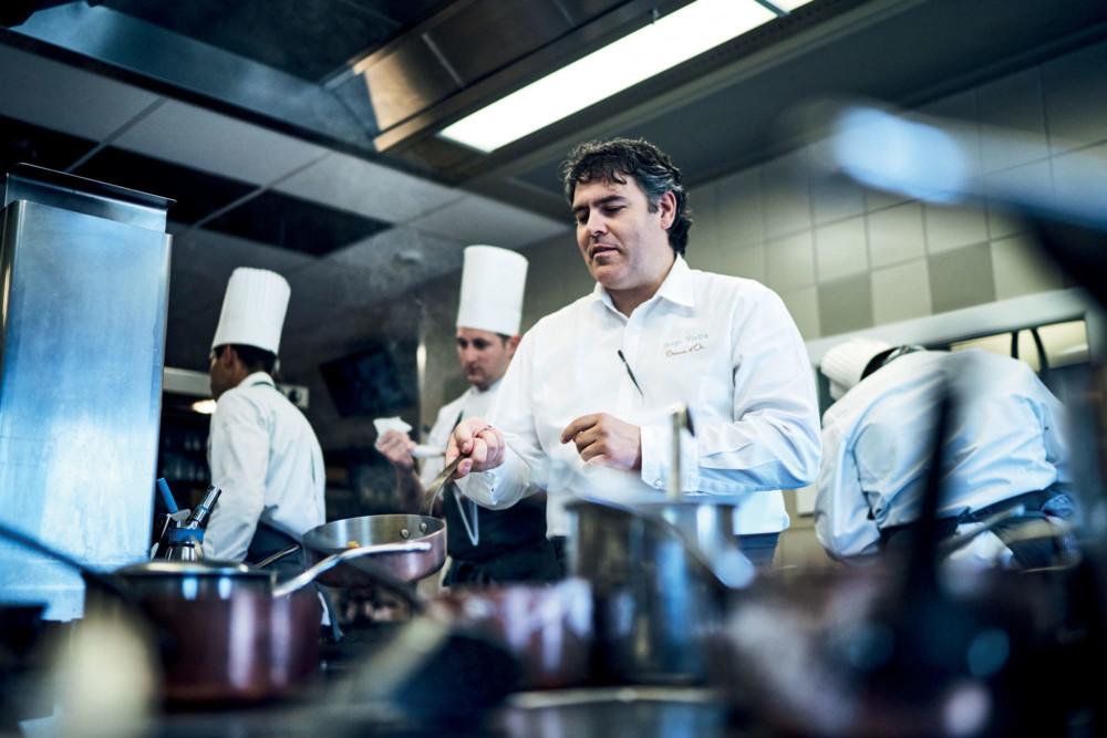 Dans les cuisines, elles-aussi baignées de lumière naturelle,  le chef est à la manœuvre.  Ici règnent calme et politesse, organisation et minutie.