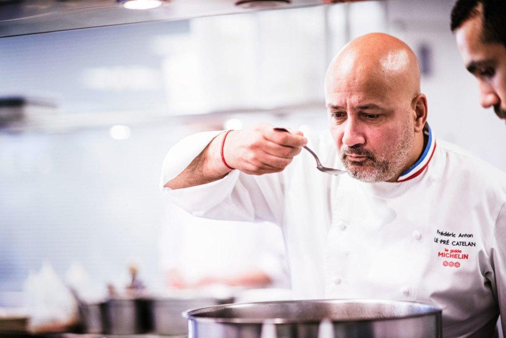 Frédéric Anton en cuisine au Pré Catelan