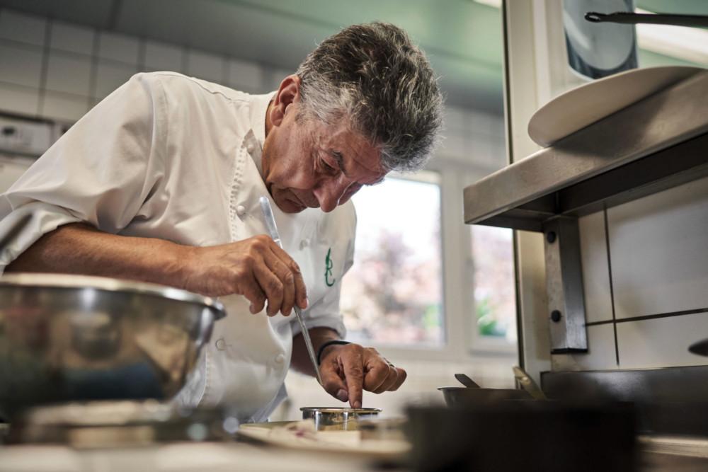 Régis Marcon en pleine action dans ses cuisines