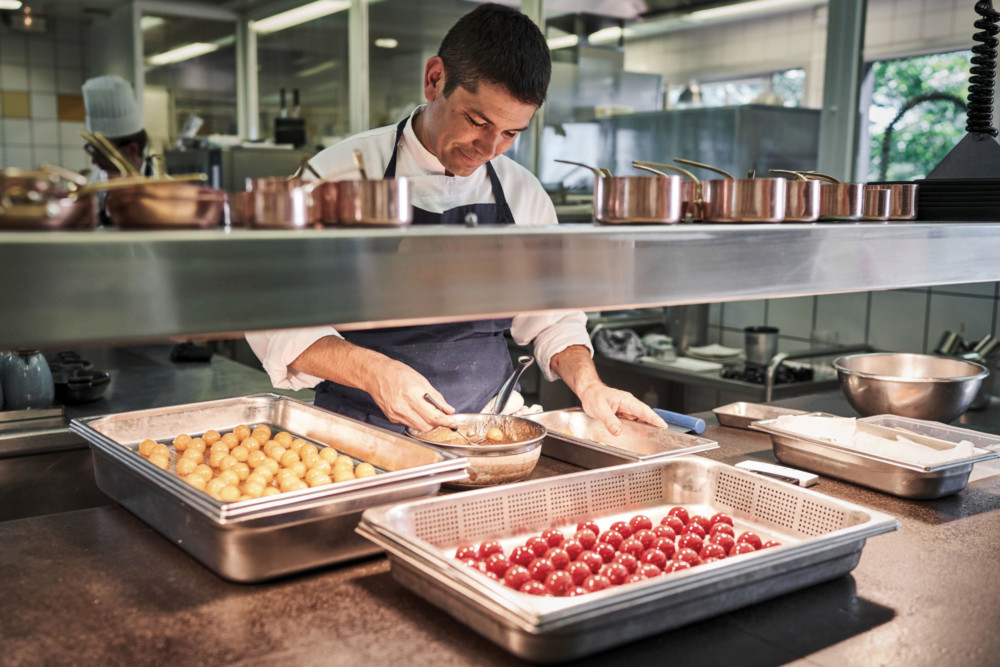 Jacques Marcon en pleine action dans ses cuisines