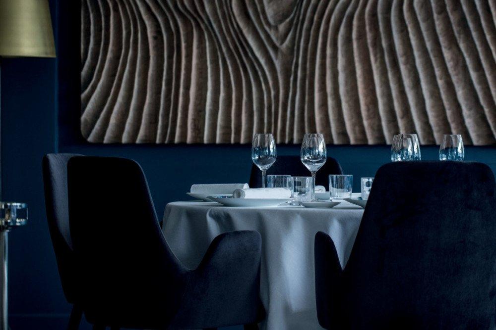 Comme immergée dans les profondeurs, la salle de restaurant est une étonnante bulle d'air. Le repas devient alors une véritable respiration, une bouffée d'air frais.