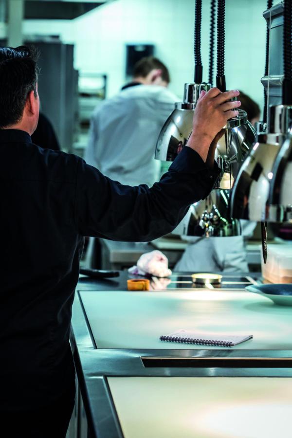 Dans sa cuisine réaménagée et modernisée, William Frachot développe de nouveaux modes de cuisson. Ici, l'art culinaire prend tout son sens