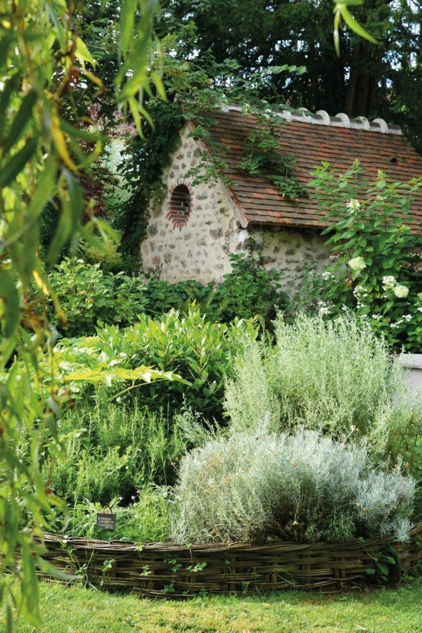 Le moins que l'on puisse dire, c'est que Dominique Loiseau a la main verte. Arboré et fl euri avec goût, le jardin du Relais est un véritable havre de paix dont elle prend soin elle-même.