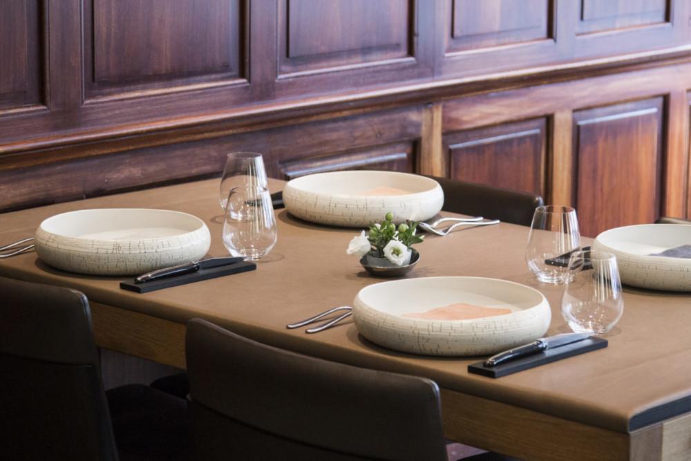 Exit nappe, chandelier et vaisselle opulente, au Sa.Qua.Na la décoration est sobre et raffinée pour un repas tout en délicatesse.