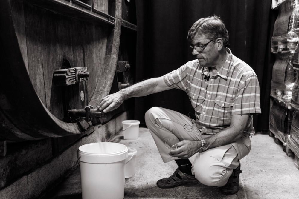Tous les 15 jours, Robert Therry s'assure que son hydromel se bonifie avec le temps.