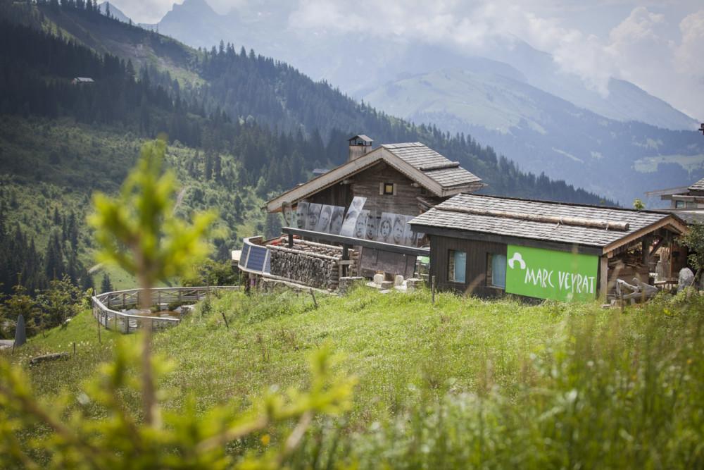 A 1600 mètres d'altitude, La Maison des Bois surplombe la vallée.