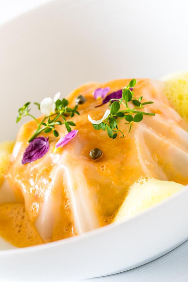 Langoustines de Bretagne En raviole ouverte pak choï, enryngii, carotte blanche Zéphyr de safran de Côte-d'Or